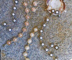 Komplet z perłami. Wisiorek, kolcyki, bransoletka i pierścionek
